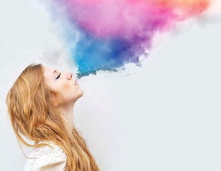 renkli duman üfleyen kız