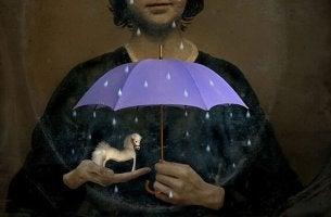 yağan yağmurda oyuncak atını koruyan kadın