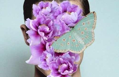 insan suratında kelebek ve çiçekler var