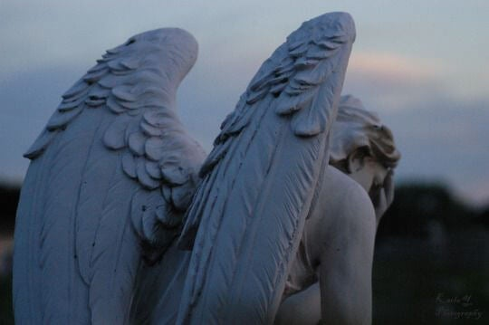 melek kanatları olan heykel