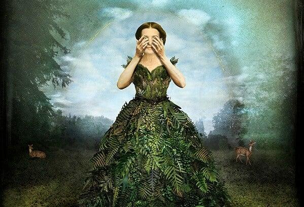 yaprak kadın elleriyle yüzünü kapıyor
