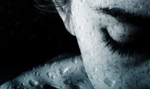 ağlayan kadın ve yağmur