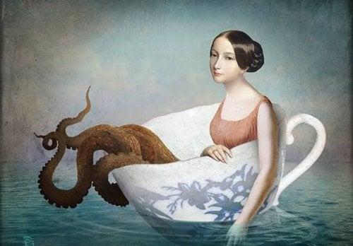 suda bir fincanda ahtapot kadın