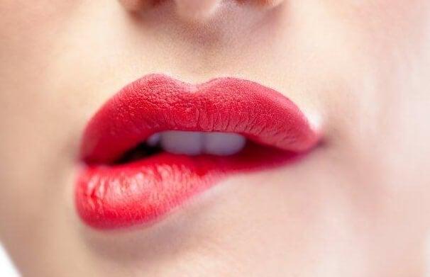 alt dudağını ısıran kırmızı rujlu kadın