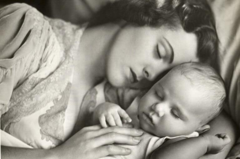 uyuyan anne ve bebek