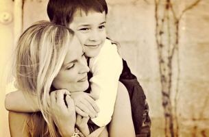 anne oğul birbirlerine sarılıyor