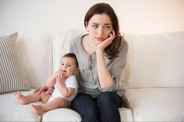 bebeğiyle ilgilenmeyen anne