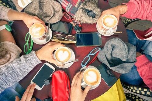 arkadaşlar kahveler ve masada telefonlar