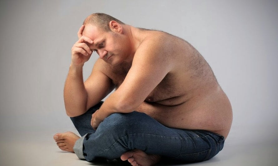 oturan aşırı kilolu adam