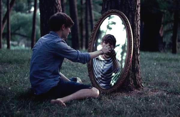 ormanda aynaya giren oğlan