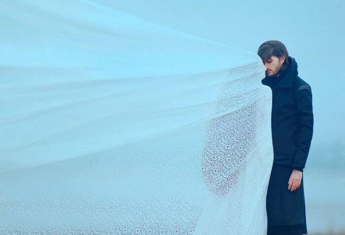 adam ve beyaz kumaş ardındaki kadın