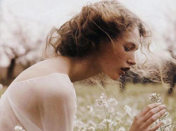 beyaz çiçek ve kadın