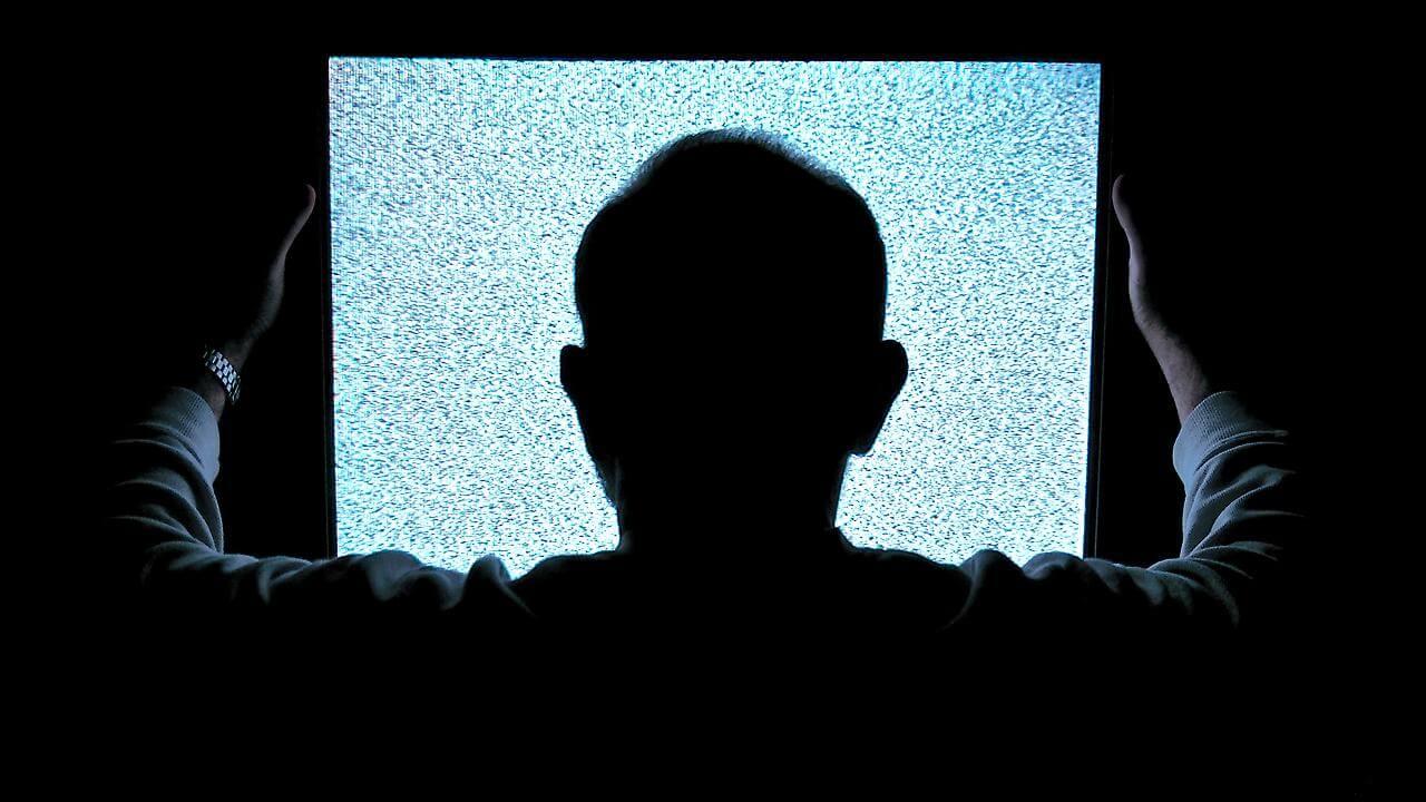 boş ekrana bakan adam