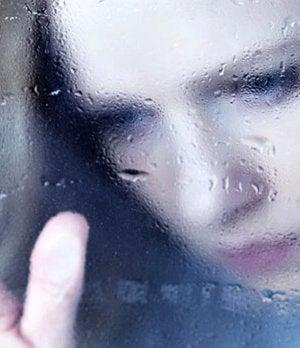 camdan bakan mutsuz kadın