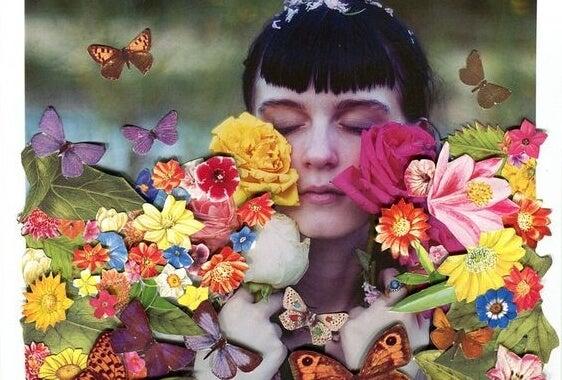 çiçekleri koklayan kız