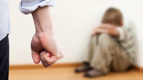 çocuğuna fiziksel istismar uygulayan baba