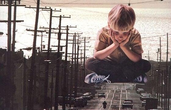 mutsuz ve sıkılmış çocuk yola bakıyor