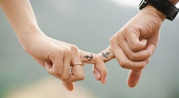 birbirine demir atmış parmaklar