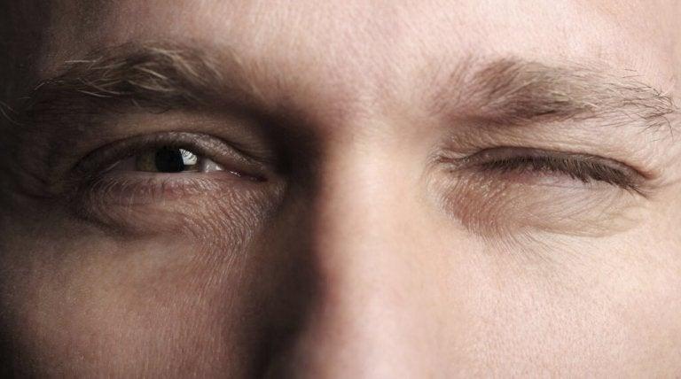göz kırpan adam