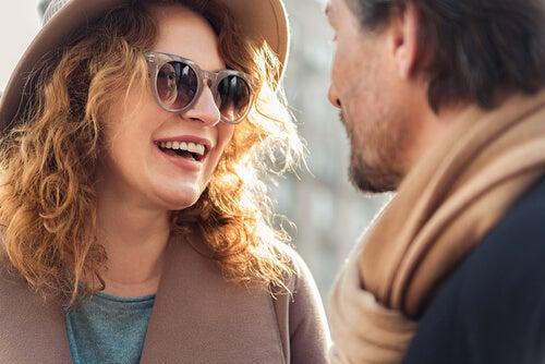 güneş gözlüklü kadın