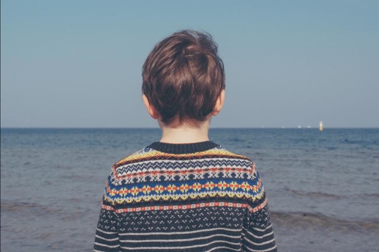 denize bakan çocuk