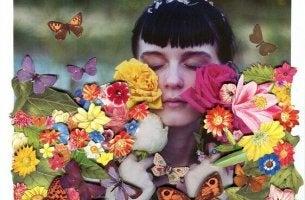 kadın çiçekler ve kelebekler arasında
