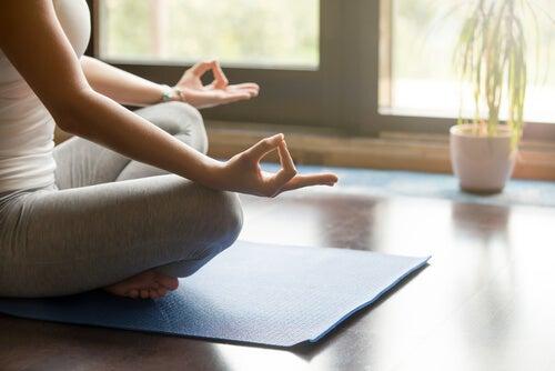 evde meditasyon yapan kadın