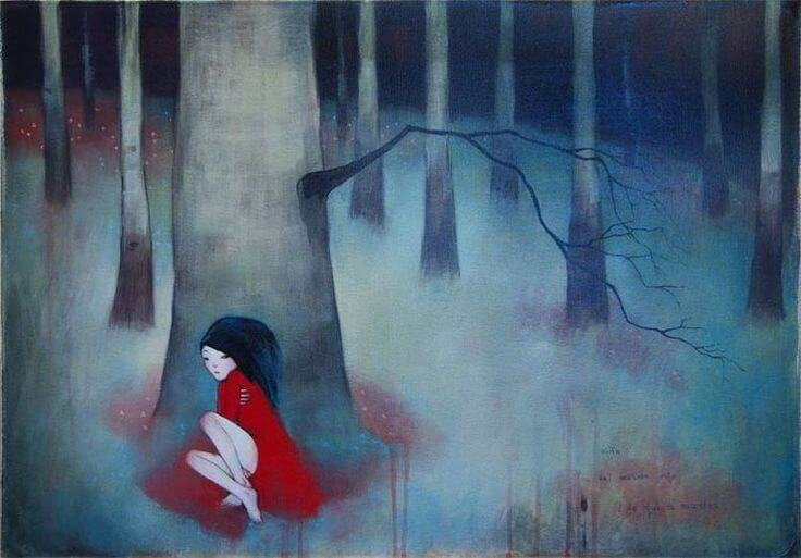 kırmızı elbiseli kadın ormanda yalnız