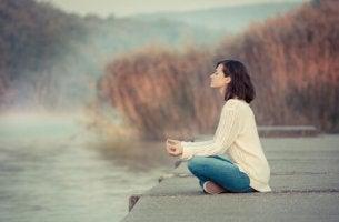 sonbaharda meditasyon yapan kadın