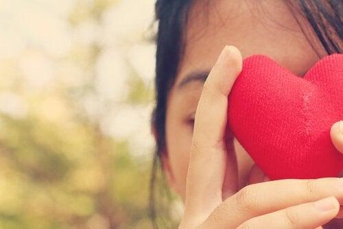 kalp tutan kız