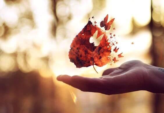 kelebekler halinde uçan yaprak