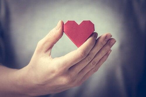 kağıttan kırmızı kalp