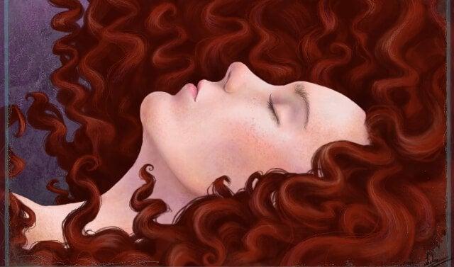 kırmızı saçlı kadın yatıyor