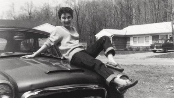 arabanın üstüne oturan kitty genovese