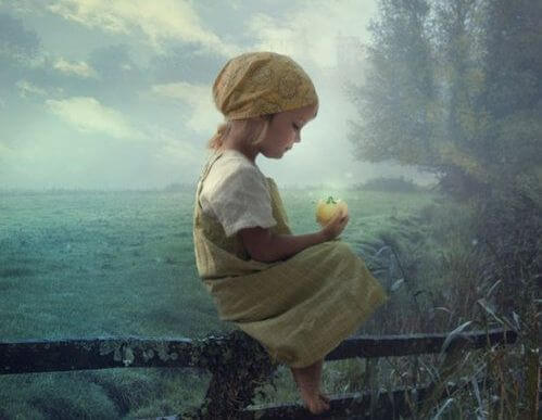 elinde parlak kutu tutan kız çocuğu