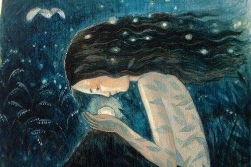 avuçlarında ışık tutan kadın