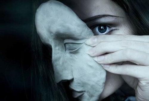 maskeyi çıkarıp bakmak
