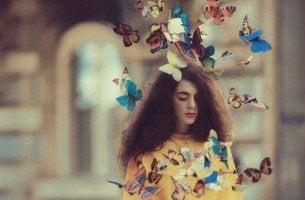 saçından kelebekler uçan kız