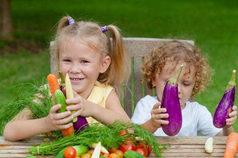 sebze tutan mutlu çocuklar
