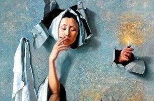 duvarı kırıp sigara içen kadın