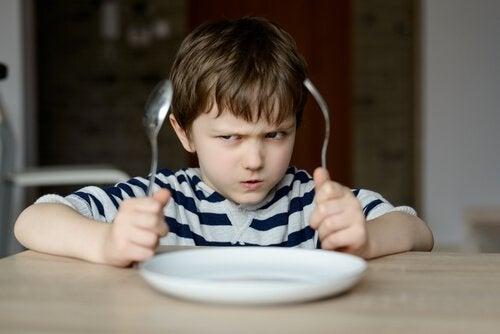 yemek yemeyen sinirli çocuk