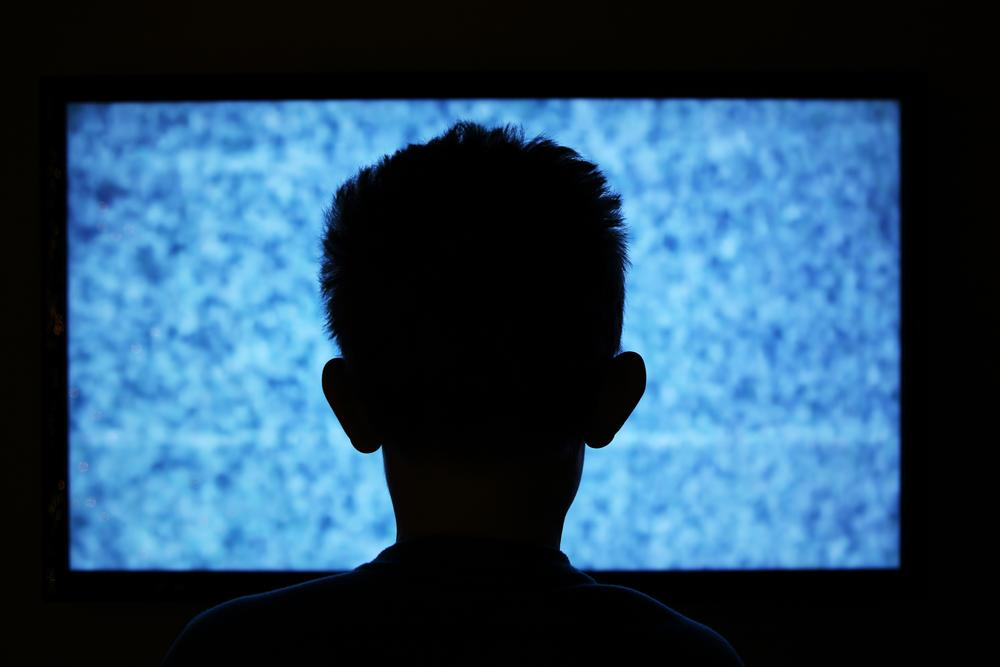 statikli televizyon önünde çocuk