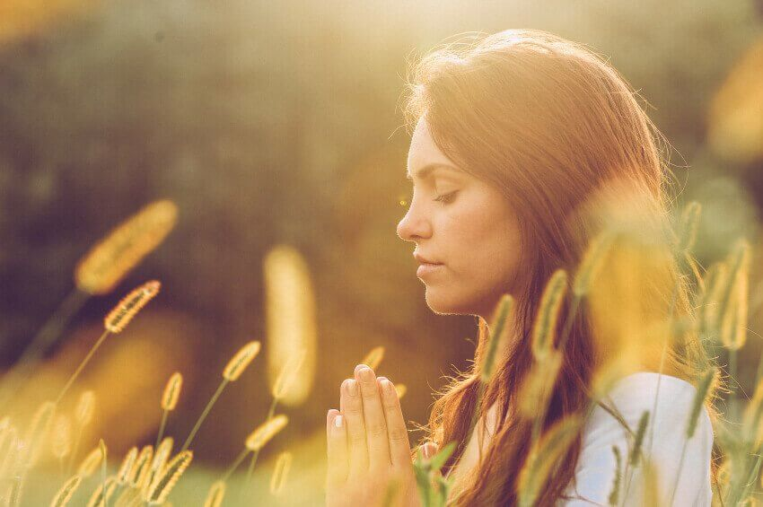 tarlada meditasyon yapan kadın