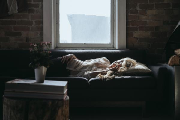 kanepede uyuyan kadın
