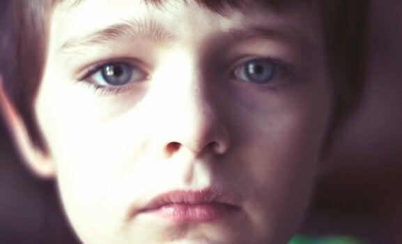 mavi gözlü üzgün çocuk