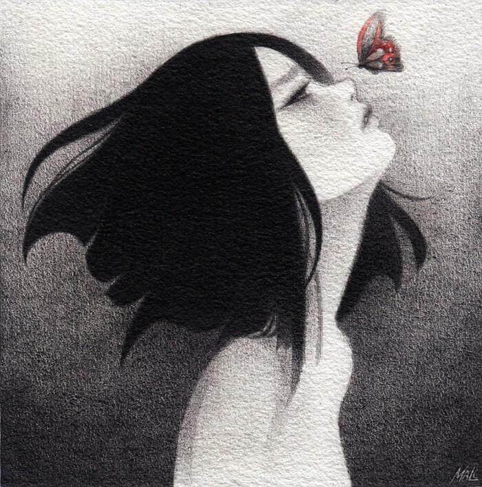 kelebeğe bakan üzgün kız