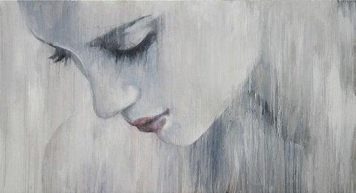 yağmurda duran üzgün kadın