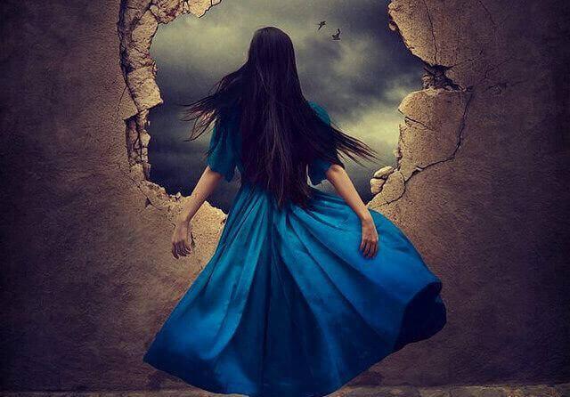 mavi elbiseli kadın