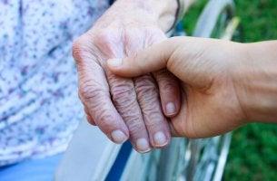 yaşlı kadının elinden tutuluyor