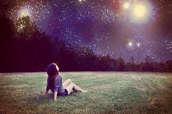 yıldızlı gökyüzüne bakan kız